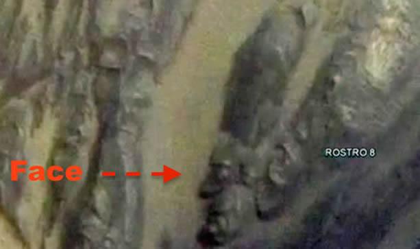 """Un impresionante """"rostro humano"""" con tocados egipcios es descubierto en la superficie de Marte"""
