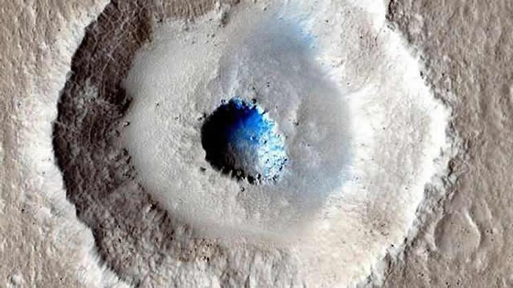 Encuentran un extraño cráter marciano con «terrazas» y un enorme bloque de hielo en el centro