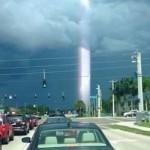 ¿Rayo de luz fotografiado en la carretera?