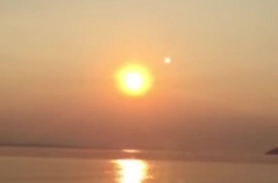 Imagen 1. ¿Acaso se trata de Nibiru? Curioso fenómeno de dos soles en el cielo es grabado en Seattle, Washington, EE.UU (Agosto 2015)