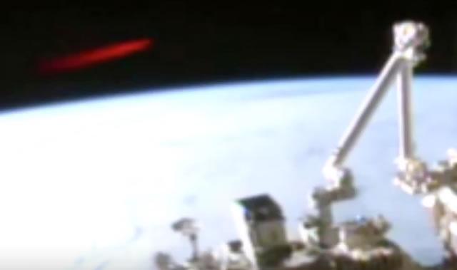 Un OVNI de color rojo pasa frente a la ISS.
