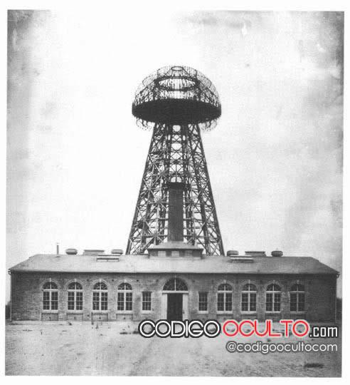 (1904) Imagen de la torre Wardenclyffe, ubicada en Shoreham, Long Island, Nueva York. El edificio de ladrillo de 94 por 94 pies (29 m) fue diseñado por el arquitecto Stanford White.