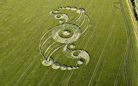Muchos círculos de las cosechas, incluyendo éste en mayo de 2009 han aparecido cerca de Silbury Hill, Wiltshire