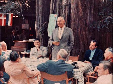 Figuras Elite hablando en Bohemian Grove, antes de los rituales de magia negra. Note a Nixon a la derecha, y a Reagan a la izquierda - en un momento en que aún no era presidente.