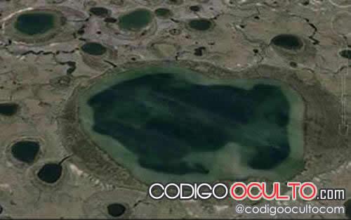 Lago helado en Cráter de Siberia