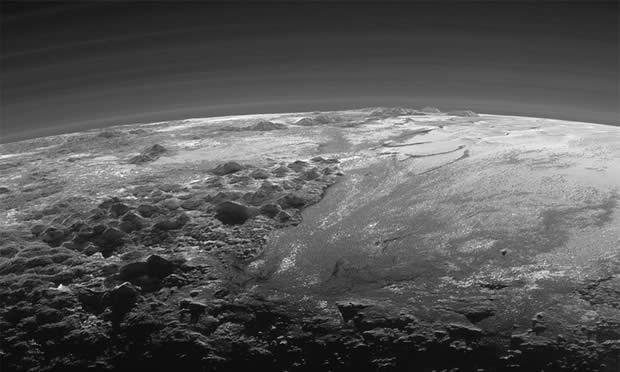 La atmósfera y de la superficie características de Plutón, iluminados desde atrás por el sol. Foto: AP
