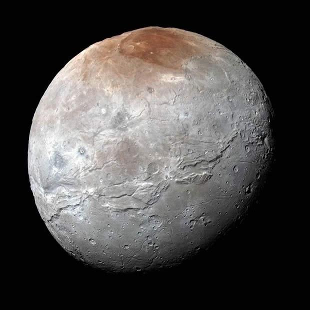 Caronte, en color mejorado, capturada por la nave espacial New Horizons de la NASA.