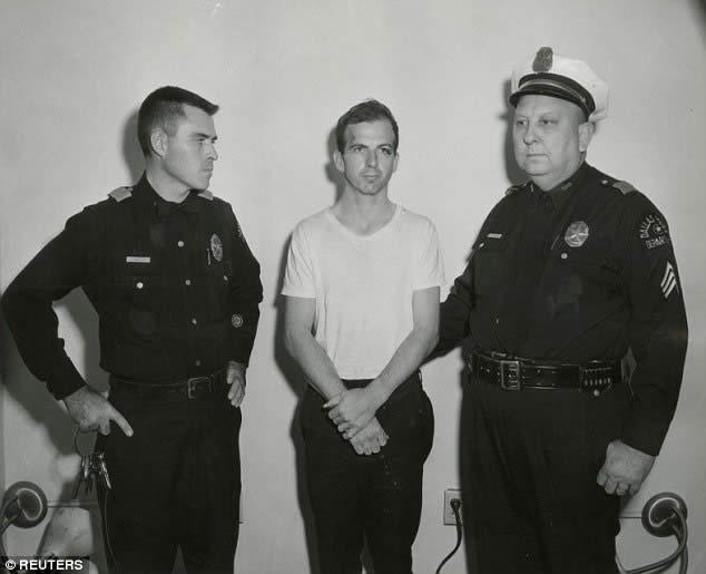 McCone y la Comisión concluyeron que el Lee Harvey Oswald (centro) era un 'pistolero solitario' que mató a Kennedy