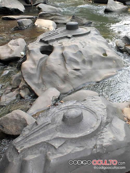 Antiguas reliquias de una civilización perdida en los bancos de un río seco en la India