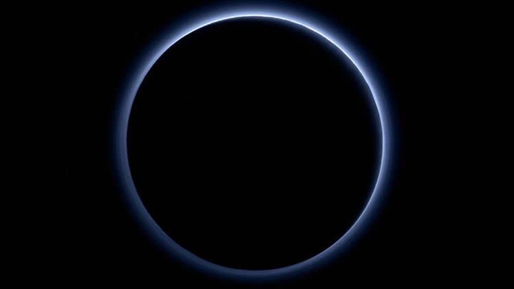 Plutón tiene cielo azul y agua congelada