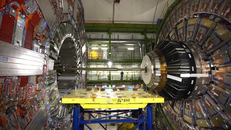 Un técnico en el Solenoide compacto de muones del CERN.