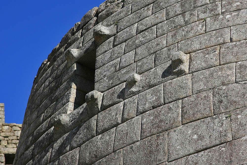 Otra imagen del templo del sol, Machu Picchu, Perú. Observe los detalles increíbles de esta estructura. Nuevamente, ni siquiera una hoja puede caber entre las rocas.
