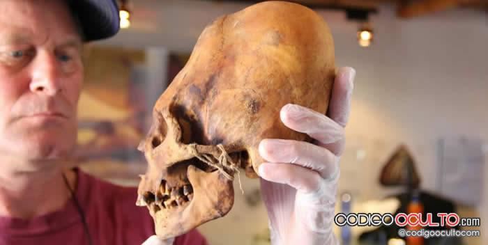 Brien Foerster con un cráneo Paracas.