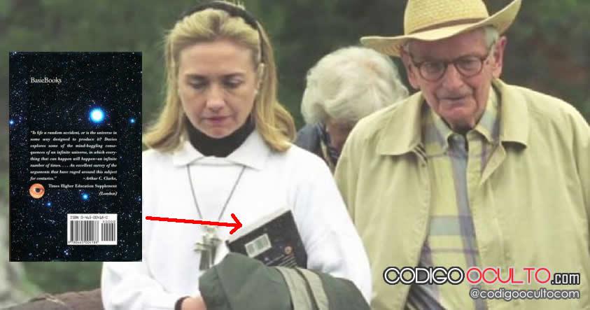 Hillary Clinton sostiene un libro de extraterrestres al lado de Laurence Rockefeller