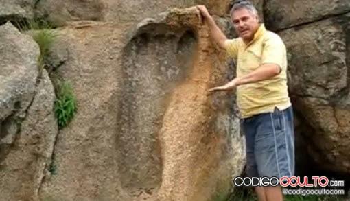 Comparen el tamaño entre la huella y el hombre al lado.