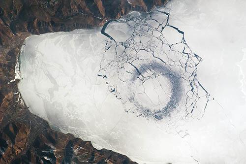 Grieta redonda en el lago Baikal ¿OVNI ingresando o saliendo?