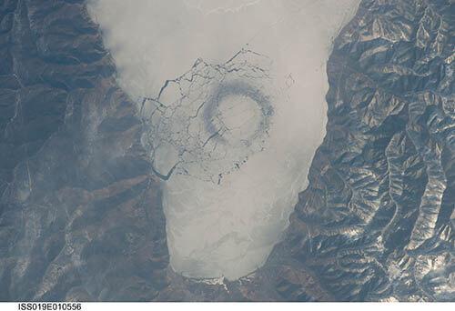 Formas redondas en la superficie helada del lago. ¿Causadas por OVNIs?