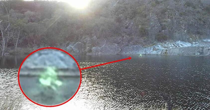 ¿Espíritu o extraterrestre? Fotografían humanoide luminoso en un lago de Texas