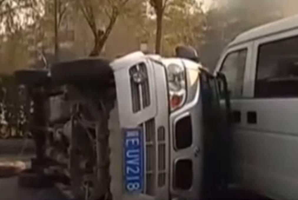 Autos volteados supuestamente luego de haber levitado en China