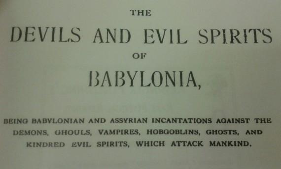 """""""Los demonios y espíritus malignos de Babilonia"""" de R. Campbell Thompson."""