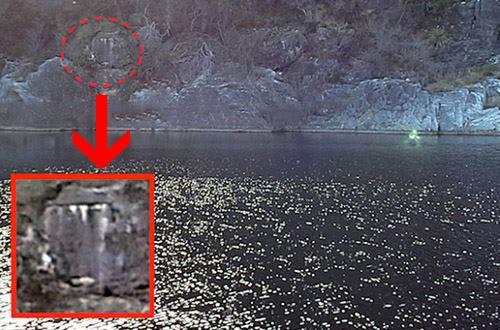 Una posible entrada en la montaña, también fotografiada, podría ser la entrada secreta a su guarida de otro mundo.