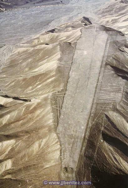¿Pistas de aterrizaje dejadas por los dioses que visitaron Nasca? Los cerros fueron literalmente rebanados para crear una superficie plana.