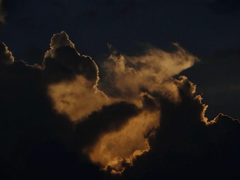 Imagen 1. Silueta humanoide en cielo de Costa Rica