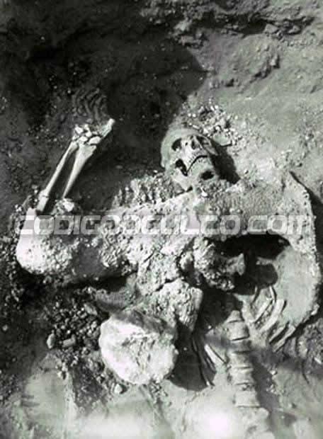 Antiguo esqueleto atacado con gas nocivo