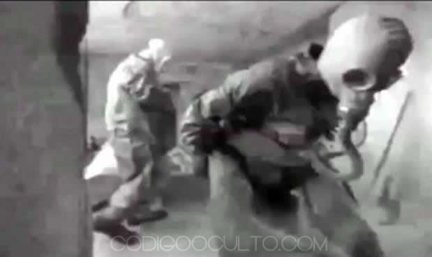 Personal de la KGB con máscaras de protección ingresan al lugar para protegerse de los gases expedidos en la primera incursión.