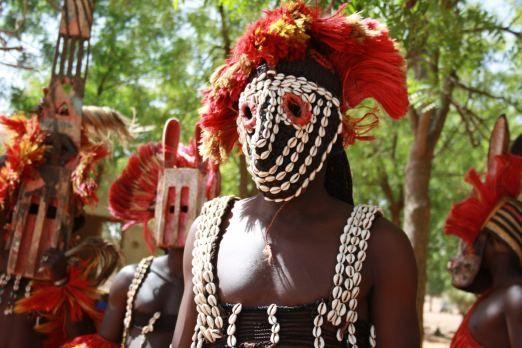 Algunas tribus aún siguen haciendo referencia a sus antiguos dioses extraterrestres en sus rituales.