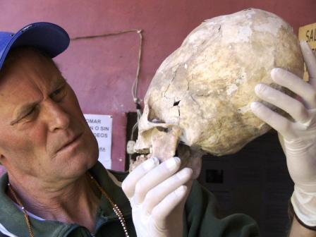 Brien Foerster examinando un cráneo Paracas