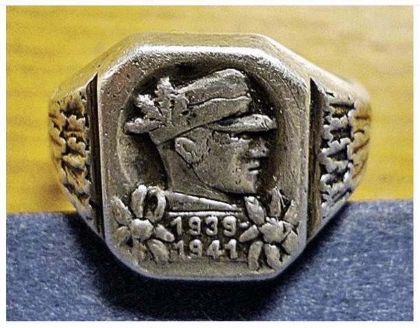 Un anillo encontrado junto al maletín y que es propiedad probablemente de un soldado.
