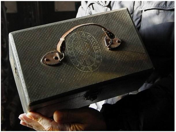 Extraño maletín encontrado y que habría pertenecido a las SS de la Alemania Nazi.