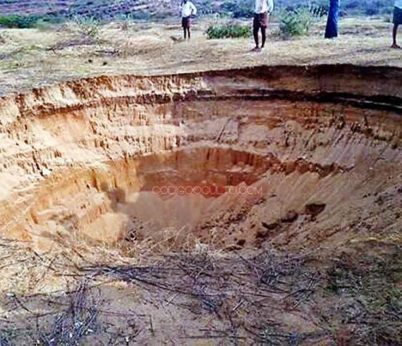 Colosal agujero aparecido en aldea de La India