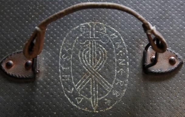 Grabado existente en el maletín y perteneciente probablemente a la sociedad secreta alemana.