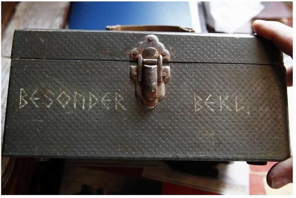 """En la tapa de la maleta se ve claramente el emblema oficial de la probable Sociedad secreta """"Ahnenerbe"""", formado por runas."""