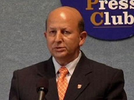 Oscar Santa María Huerta declarando en el Club Nacional de Prensa en Washington en el año 2013