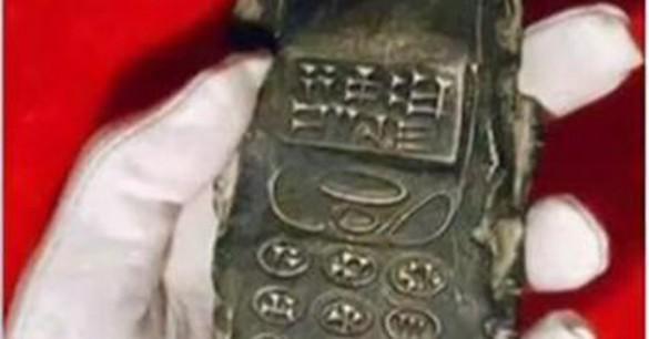 Descubren una tablilla del siglo XIII con forma de celular y escritura cuneiforme