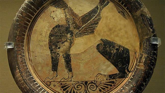 Esfinge sentada. Un plato del siglo VI a.C. del período orientalizante de Grecia encontrado en Naukratis, Egipto.
