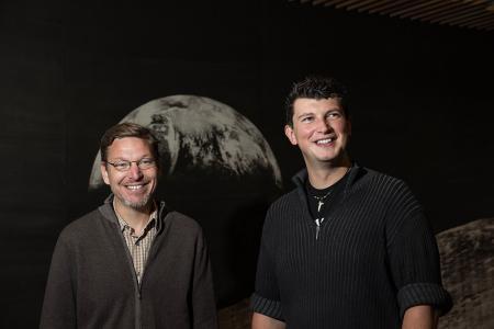 El Profesor de Caltech Mike Brown y el profesor asistente Konstanin Batygin han estado trabajando juntos para investigar los objetos distantes de nuestro sistema solar durante más de un año y medio.