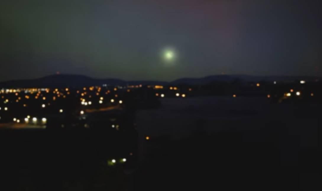 Un destello de forma circular aparece sobre el cielo de Canberra, Australia.