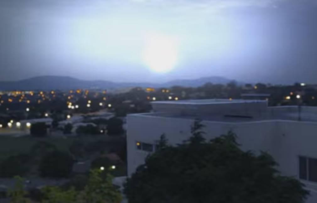 El destello se convierte en un gran flash luminoso que hace ver la noche como si fuera de día.
