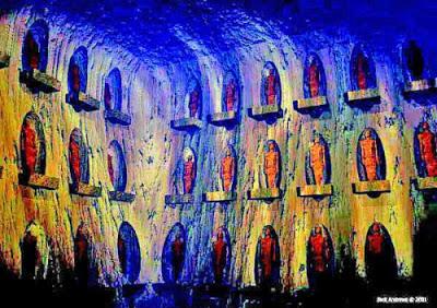 La tumba o cripta en la que se encontraron las momias es una de las más grandes cámaras, las paredes están inclinadas hacia atrás en un ángulo de unos 35 grados.