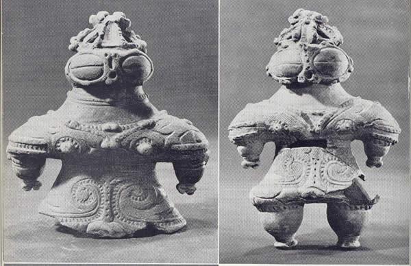 Estatuillas Dogu. Estas esculturas muestran una extraña similitud con los trajes espaciales utilizados por los astronautas. Además se aprecian indicios de uso de tecnología, véase las gafas, el casco, etc.