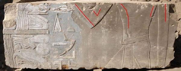 Un bloque de piedra que se encuentran en la isla de Elefantina de Egipto muestra a la reina Hatshepsut como una mujer (resaltado por las líneas rojas). Imágenes posteriores del faraón le retratan como un rey masculino.