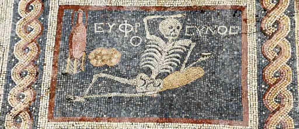 Arqueólogos descubren un antiguo mosaico de esqueletos que dice: «Disfruta de tu vida»