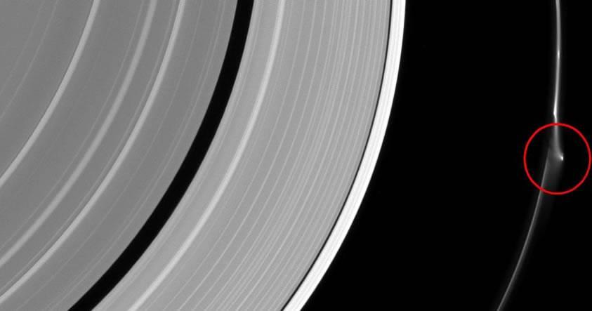 Un misterioso objeto hace un agujero en uno de los anillos de Saturno