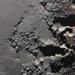 En esta fotografía tomada por New Horizons se muestran las escarpadas tierras altas conocidas como Krun Macula (a la derecha), que limita con las planicies de hielo de Plutón. La evidencia de placas tectónicas sugiere que todavía hay un océano líquido bajo la superficie del planeta.