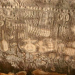 Alzándose en medio de las aguas del río brasileño de Ingá, la misteriosa Piedra de Ingá de Paraíba (Brasil) es un tesoro arqueológico que aún a día de hoy sigue levantando mucha polémica. Cubriendo la mayor parte de sus 45 metros de longitud y 4 metros de altura hay extraños símbolos geométricos no identificados, de forma y tamaño variables, y que al parecer fueron grabados sobre su capa exterior de gneis. Aunque muchos expertos han especulado sobre los orígenes y el significado de estos símbolos, hasta el momento no se ha podido demostrar al 100% que alguna de estas teorías sea un hecho. ¿Es un mensaje de nuestros ancestros para las futuras generaciones? ¿Existió una civilización desconocida a día de hoy que poseyera una antigua tecnología olvidada hace milenios? ¿Qué significan realmente estos símbolos, quién los grabó sobre la pared de roca, y por qué? Datado su origen en al menos 6.000 años de antigüedad, la Piedra de Ingá es una maravilla arqueológica a escala mundial. Hay otras piedras, además de cuevas, en los alrededores de la Piedra de Ingá, y que también presentan grabados sobre su superficie. Sin embargo, no alcanzan el mismo nivel de complejidad en su elaboración y en su estilo como la Piedra de Ingá. El arqueólogo e investigador Gabriele Baraldi se tropezó por primera vez con una de estas cuevas en la zona de Ingá en el año 1988: tras este hallazgo, se encontraron varias más. En total, Baraldi ha examinado hasta 497 símbolos en las paredes de estas cuevas. La mayor parte de los grabados de Ingá son de oscuro significado, aunque algunos de ellos indudablemente representan elementos celestiales, observándose dos que son prácticamente idénticos a la Vía Láctea y la constelación de Orión. Otros petroglifos han sido interpretados como animales, frutas, armas, figuras humanas, antiguos (o imaginarios) aeroplanos o pájaros, e incluso un primitivo «índice» de las diversas historias dividido en secciones con cada uno de los símbolos conectado al número correspon