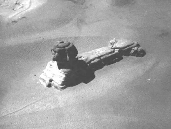 Fotografía de la Esfinge tomada a principios del siglo XIX, antes de que sea excavada y restaurada totalmente.